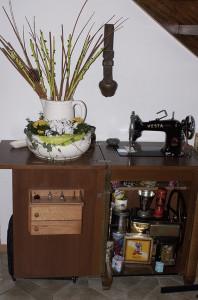 alte Waschschüssel auf alter Nähmaschine, Frühjahrsdeko